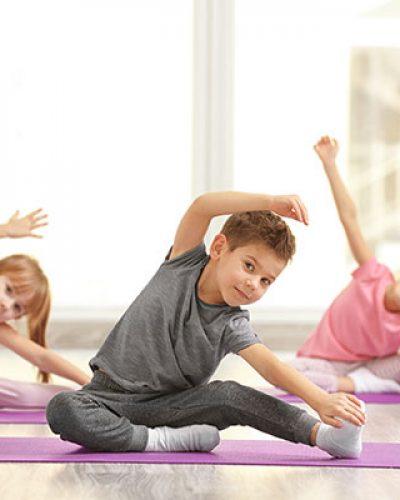 Bambini fanno ginnastica