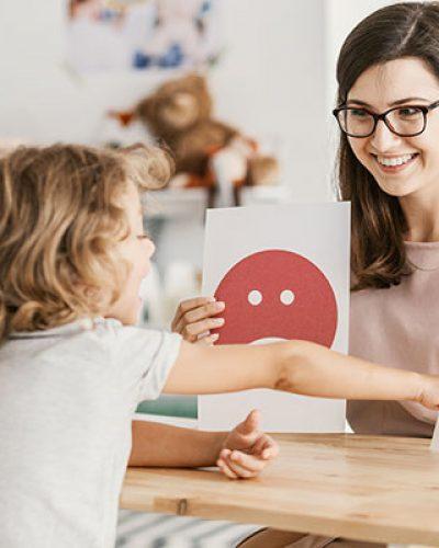 Una educatrice insegna ad una bambina