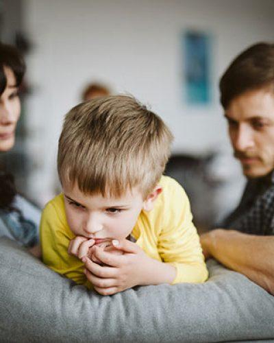 Un bambino fra due genitori